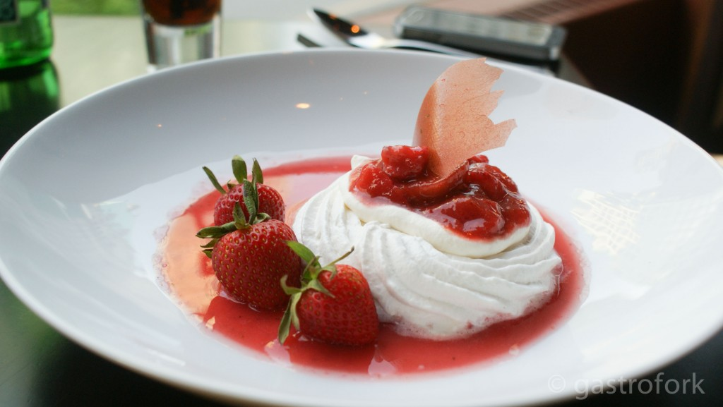 strawberry rhubarb pavlova